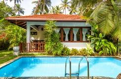 与游泳池的别墅在一家热带旅馆里 免版税库存图片