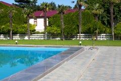 与游泳池的地中海豪宅 库存照片