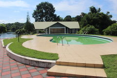 与游泳池的手段视图在kaptai湖 图库摄影