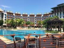 与游泳池的旅馆手段 库存照片