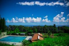 与游泳池的海景在前景,夏威夷 库存照片