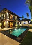 与游泳池的现代热带别墅 库存图片