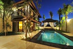 与游泳池的现代热带别墅 免版税库存图片