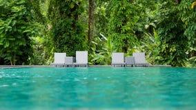 与游泳池的美好的热带海滩前面旅馆手段 免版税库存图片