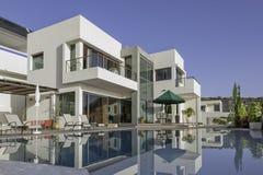 与游泳池的豪华白色别墅 库存图片
