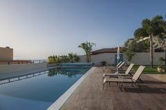 与游泳池的豪华白色别墅 免版税库存图片