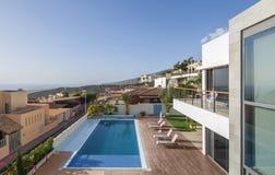 与游泳池的豪华白色别墅 图库摄影