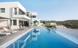 与游泳池的豪华白色别墅 库存照片