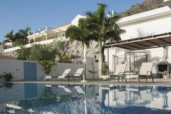 与游泳池的豪华白色别墅 免版税图库摄影