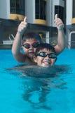 与游泳风镜的愉快的年轻亚洲孩子 免版税图库摄影