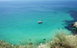 与游艇、蓝色透明水和白色沙子的美好的海景 免版税库存图片
