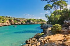 与游艇和小船的美丽的海景海湾 马略卡海岛 免版税库存照片