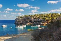 与游艇和小船的美丽的海景海湾 马略卡海岛 库存照片