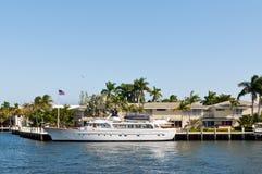 与游艇在家码头的豪华豪宅 免版税库存照片