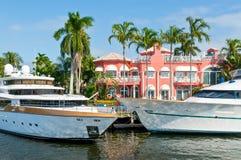与游艇在家码头的豪华豪宅 库存照片