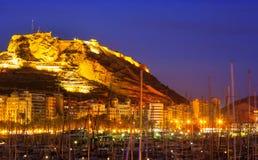 与游艇的口岸反对城堡在夜 阿利坎特,西班牙 免版税库存照片