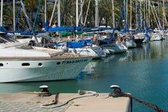 与游艇的地中海海场面 免版税库存照片