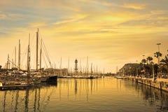 与游艇的小游艇船坞口岸在日出的巴塞罗那 西班牙 免版税图库摄影
