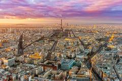 与游览埃菲尔,巴黎,法国的巴黎地平线 免版税库存图片