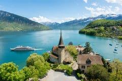 与游轮的施皮茨城堡在湖图恩在伯尔尼,瑞士 库存图片