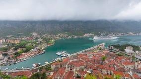 与游轮航行从码头,黑山的科托尔海湾 股票视频