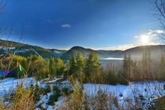 与湖、森林和星期日的冬天风景。 库存图片