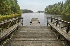 与湖、森林和木船坞的芬兰风景 自然 免版税库存图片