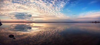与湖反射云彩的风景 美好的夏天日落 免版税库存照片