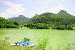 与湖和山的美好的风景 图库摄影