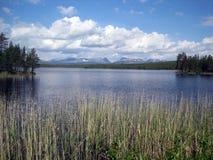 与湖和山的风景看法 免版税库存图片