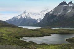 与湖和山的巴塔哥尼亚人的风景。托里斯del潘恩。 图库摄影