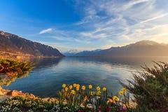 与湖和山的晴朗的风景 免版税库存照片