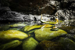 与湖和平衡的岩石的热带雨林风景 免版税库存照片