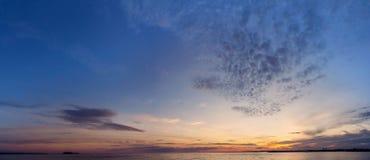 与湖和日落火热的天空的冬天风景 库存照片