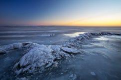 与湖和日落火热的天空的冬天风景 免版税库存照片