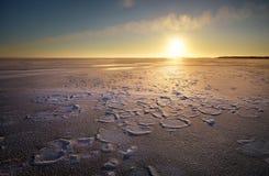 与湖和日落火热的天空的冬天风景 库存图片