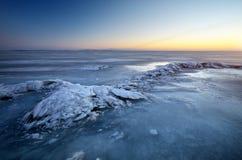 与湖和日落火热的天空的冬天风景 图库摄影