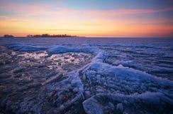 与湖和日落火热的天空的冬天风景 免版税图库摄影