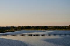 与湖和桥梁的风景 免版税库存图片