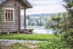 与湖和森林的客舱 库存照片