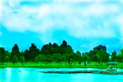 与湖和独木舟的蓝色风景 图库摄影