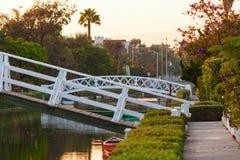 与湖和白色桥梁的平安的风景 库存照片