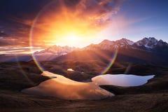 与湖和美好的日出的山风景 库存图片