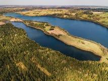 与湖和领域-寄生虫视图的美好的风景 免版税库存图片