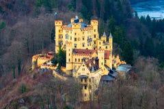 与湖和巴法力亚阿尔卑斯的Hohenschwangau城堡Schloss鸟瞰图 库存照片