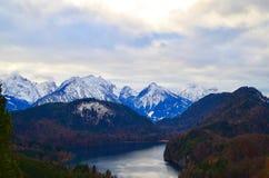 与湖在一冷的天,德国,菲森阿尔卑斯的雪山 库存图片