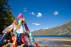 与湖横向的五颜六色的祷告标志 免版税图库摄影