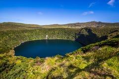 与湖的亚速尔群岛风景在弗洛勒斯海岛 Caldeira Comprida 库存图片