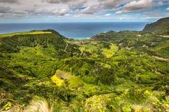 与湖的亚速尔群岛风景在弗洛勒斯海岛 Caldeira Funda Por 图库摄影