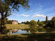 与湖的图片完善的大别墅 库存图片